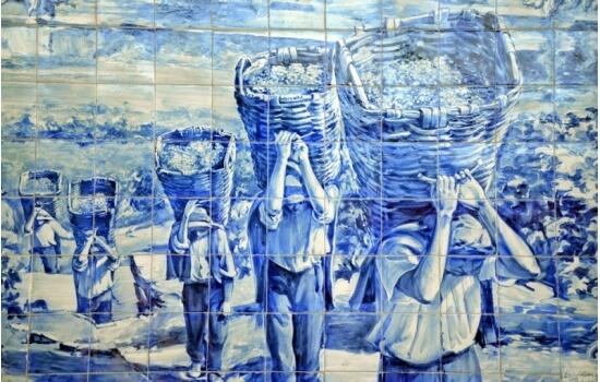 Os azulejos da Estação do Pinhão contam a história do tão famoso Vinho do Porto - desde a plantação ao transporte para as Caves!