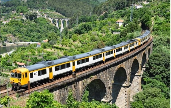Uma viagem de comboio pelos caminhos sinuosos do Douro será inesquecível