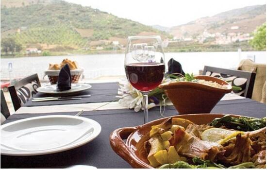 O Douro oferece as paisagens mais belas para apreciar uma refeição típica