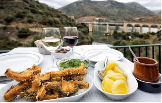 Mas poderá também saborear um delicioso prato de peixe, com vista para o Douro