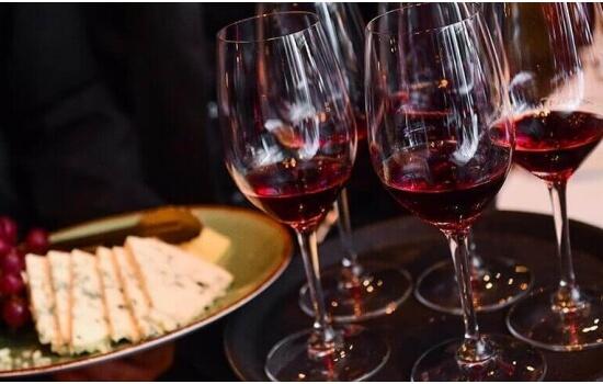 O Porto Tawny apresenta uma cor mais clara e é ideal para acompanhar uma tábua de queijos e enchidos!