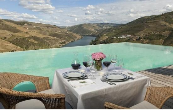Aproveite um encantador almoço com vista para a piscina infinita da Quinta do Crasto