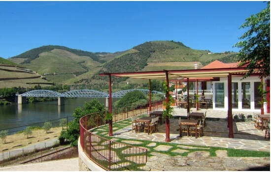 A esplanada da Quinta do Bomfim permite apreciar um cálice de Vinho do Porto enquanto nos encantamos com as vistas da região
