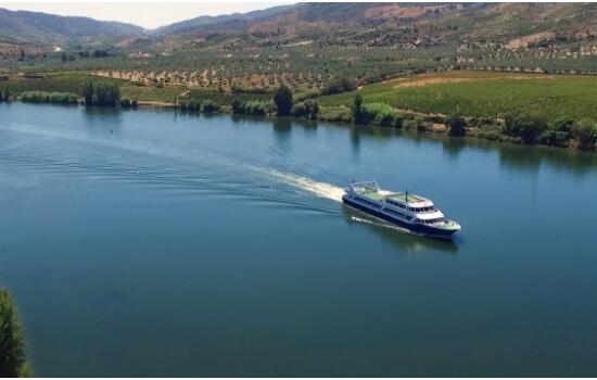 Uma das melhores formas de descobrir esta aldeia é através de um cruzeiro pelo rio Douro