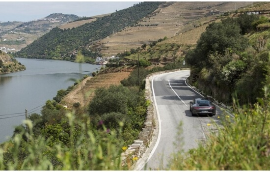 As suas curvas acompanham as encostas do Douro e permitem viver a beleza da região