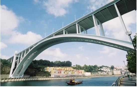 A bordo de um típico barco rabelo, ficará a conhecer a história das pontes que ligam as cidades de Porto e Vila Nova de Gaia
