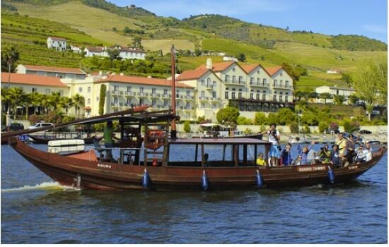 Nas margens do Pinhão é possível embarcar num cruzeiro em barco rabelo até à Foz do Tua!