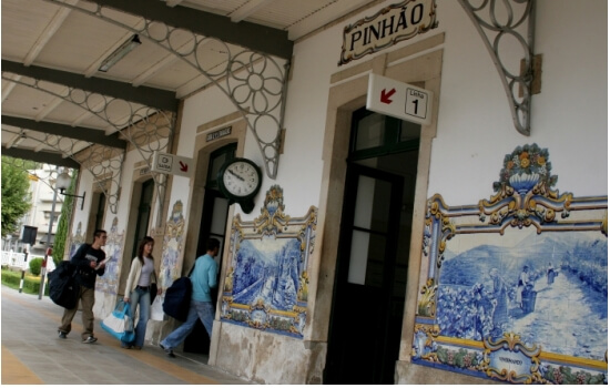 Os seus painéis de azulejos representam a história da região