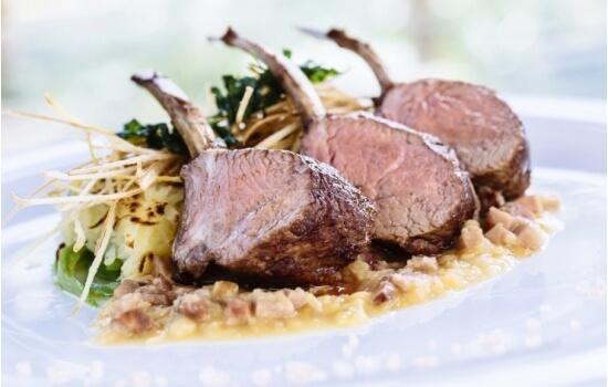Um dos seus pratos mais saborosos é o Carré de cordeiro de leite com batata ralada, feijão-verde e molho de lentilhas e anis