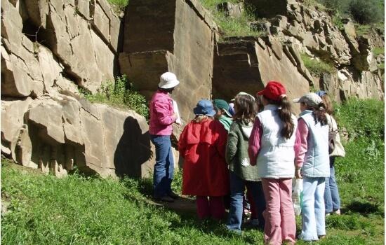 Ribeira de Priscos costuma receber várias visitas escolares, levando os mais novos em aventuras curiosas pelas gravuras