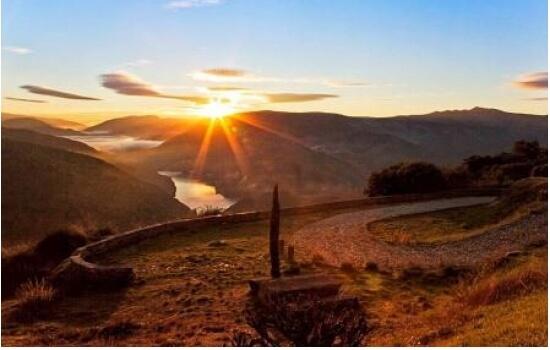 O Miradouro de São Salvador do Mundo é fantástico para apreciar o pôr-do-sol, entre as encostas do Douro