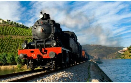 A bordo do comboio histórico poderá descobrir as paisagens mais incríveis do Douro
