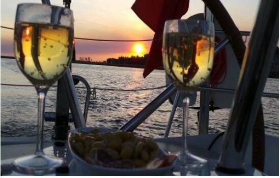 Aproveite para petiscar a bordo, enquanto apreciam juntos o magnífico pôr-do-sol