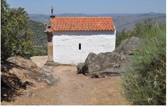 A sua pequena capela oferece fotografias memoráveis, com o Douro como paisagem