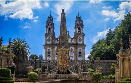 O Santuário de Nossa Senhora dos Remédios é uma construção de estilo barroco, que se ergue 600 metros acima do solo