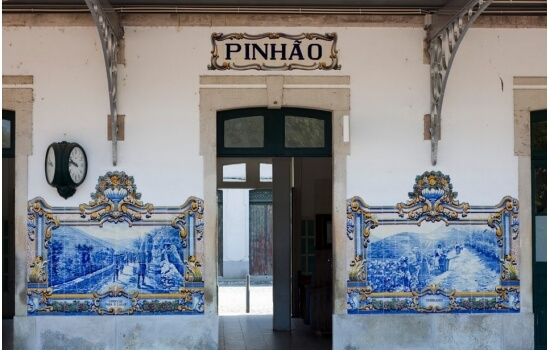 A Estação do Pinhão é famosa pelos seus azulejos, que contam a história do Douro