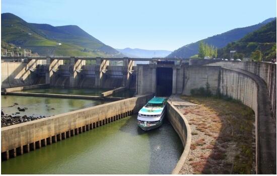 Os nossos cruzeiros incluem ainda a passagem das barragens do Douro - um momento mágico!