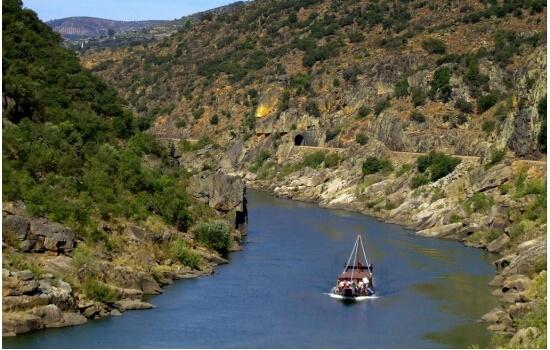 Neste pequeno cruzeiro poderá descobrir algumas das paisagens mais belas do Douro