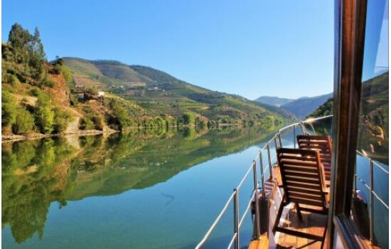 O cruzeiro entre Pinhão e Tua é também realizado em típicos barcos rabelo