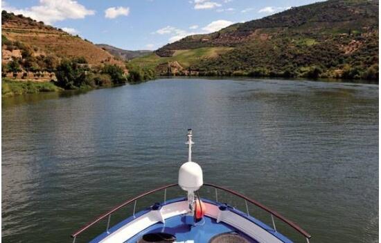 A bordo de uma embarcação de grande porte, irá descobrir as paisagens mais icónicas do Douro