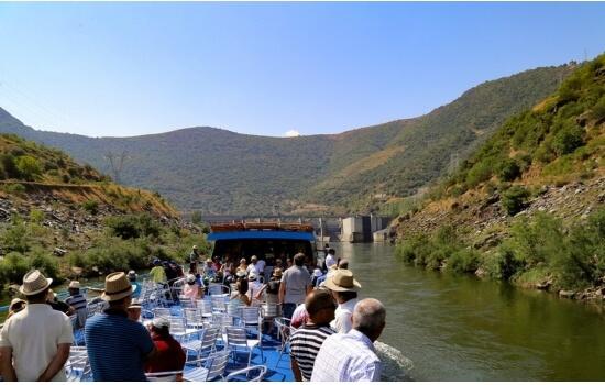 Navegando em direção a São João da Pesqueira, irá descobrir uma das mais belas aldeias vinhateiras do Douro