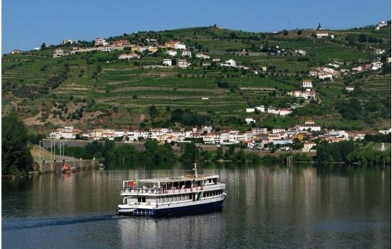 Para visitar o Douro poderá optar por um dos cruzeiros mais longos em embarcações de grande porte