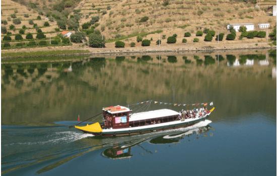 Ou disfrutar de uma viagem mais curta num típico barco rabelo!