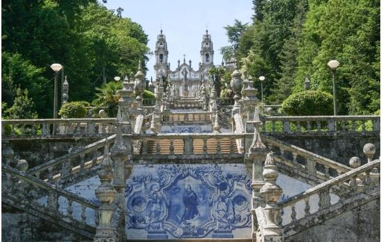 E com algum dos nossos cruzeiros poderá ainda visitar os monumentos mais belos da região