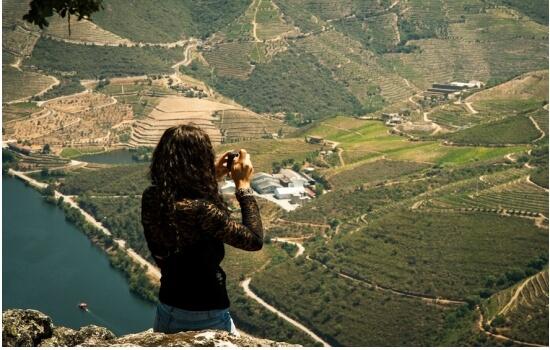 No Miradouro de São Leonardo da Galafura poderá relaxar, enquanto aprecia a incrível vista do Douro