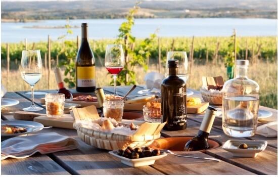 Organizar um almoço romântico com vista para o Douro vai permitir viver um momento inesquecível