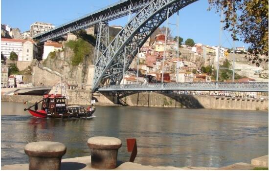 Por apenas 15€ poderá navegar pelas margens de Porto e Gaia durante 50 minutos