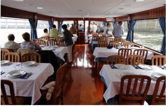 Para uma experiência diferente, porque não um jantar de francesinha a bordo?
