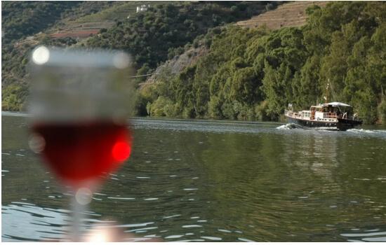 Aproveite um bom copo de vinho do Porto com vista para as margens do Douro