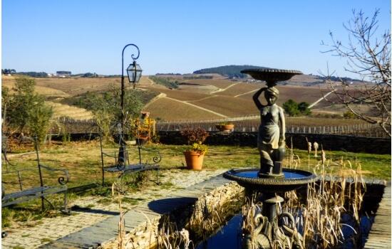 Os seus jardins oferecem vistas privilegiadas para as vinhas do Vale do Douro