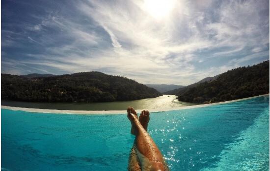 Uma piscina infinita com vista sobre o Douro é sempre uma boa opção para relaxar e apreciar um rosé