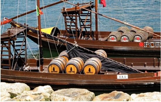 Antigamente, apenas os barcos rabelos eram capazes de cruzar estas águas e transportas as valiosas pipas de vinho até às margens de Porto e Gaia