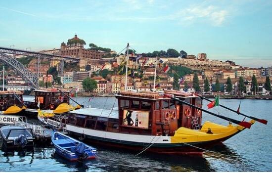 Hoje em dia é possível embarcar numa réplica das típicas embarcações e navegar entre as pontes de Porto e Gaia