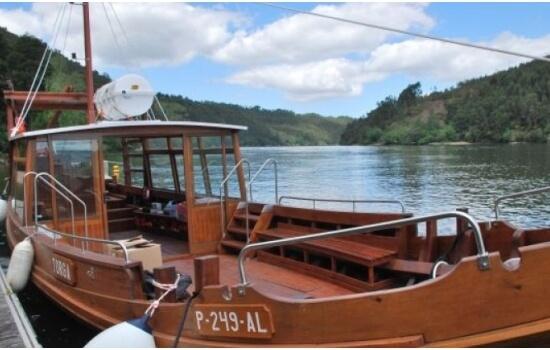 E se desejar algo ainda mais tradicional, opte por um cruzeiro em Barco Rabelo entre o Pinhão e Tua