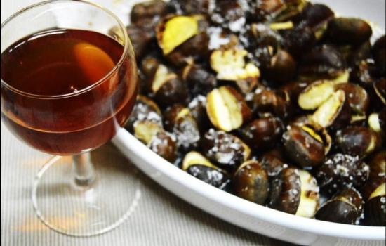 De acordo com a tradição, é servido um copo de jeropiga com as deliciosas castanhas