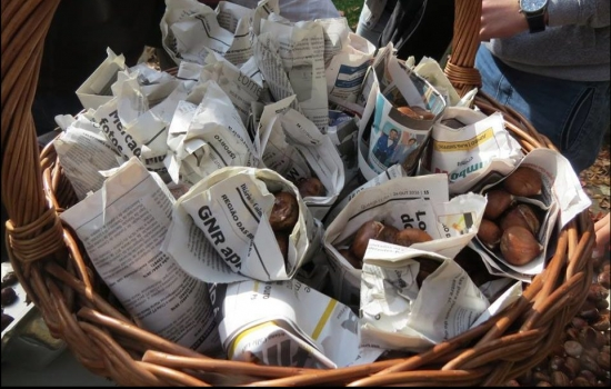 E o costume de as servir nos típicos cartuchos de jornal ainda se mantém vivo