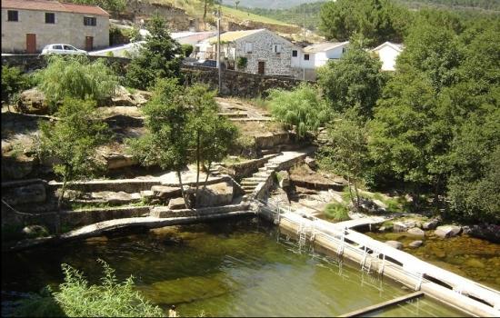 A Ucanha fica situada na margem direita do Rio Varosa