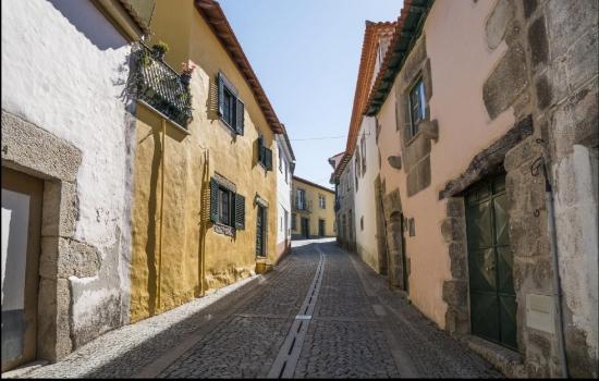Para descobrir esta aldeia poderá percorrer as suas ruas pitorescas