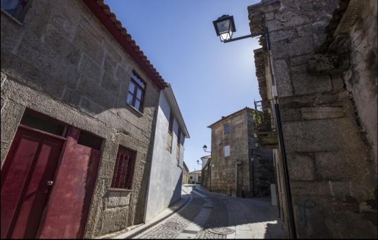 A Aldeia de Barcos remonta à idade do Bronze e a suas suas influências românicas ainda se encontram presentes