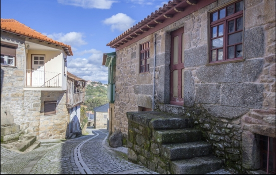 Na margem direita do Rio Varosa, a Ucanha é uma das aldeias vinhateiras mais antigas da região
