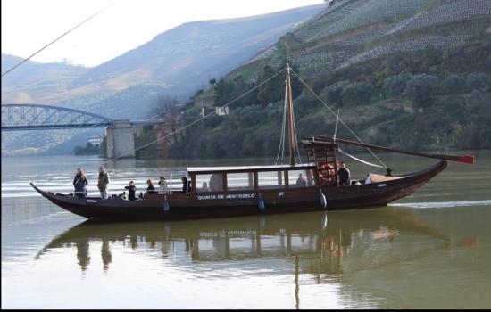 A bordo de um barco rabelo poderá iniciar numa grande aventura pelo mundo mágico do Rio Tua