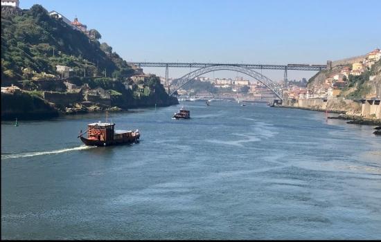 """A bordo de um barco rabelo permite apreciar as margens da famosa """"invicta"""""""