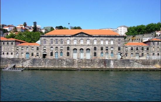 Ao longo do percurso é ainda possível apreciar emblemáticos edifícios, tais como a Alfândega