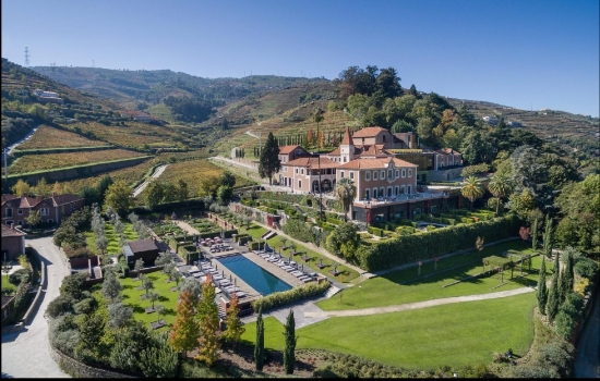 O Hotel Six Senses Douro Valley convida ao relaxamento enquanto desfruta de uma vista arrebatadora sobre o Vale do Douro