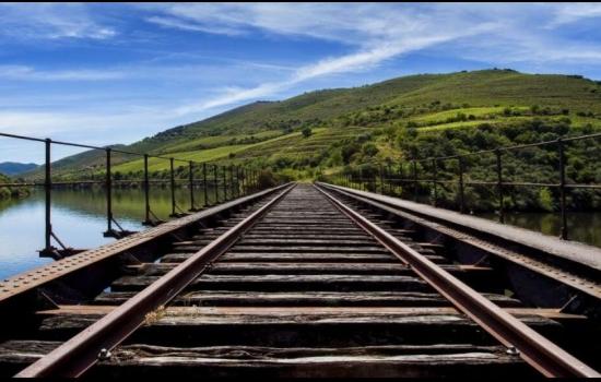 E para os que preferem ser conduzidos, uma viagem de comboio pela Linha do Douro é perfeita