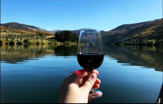 Claro, saboreando sempre um bom copo de Porto